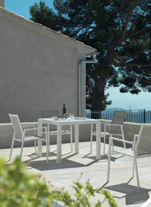 Salon de jardin tables et chaises des marques gabar et kok de couleur blanc meubles et for Marque mobilier de jardin